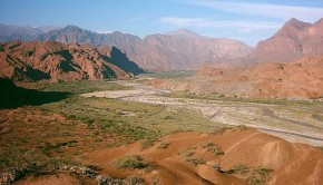 The short drive between Salta and Cafayate takes traverses the truly scenic landscapes of the Valles Calchaquíes.