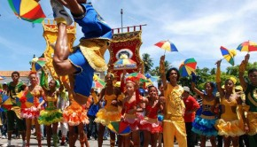 Passistas have become an iconic image of Recife Carnival. They wear bright, shiny costumes, wield umbrellas, and perform high jumps and other acrobatic moves.