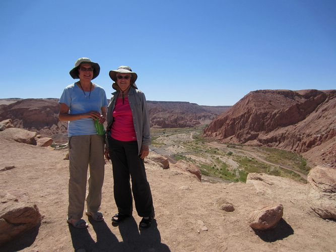 travelers-taking-a-picture-in-the-Atacama-Desert