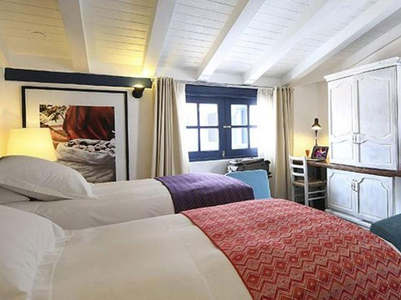 Warm and cozy double room at El Mercado Hotel.