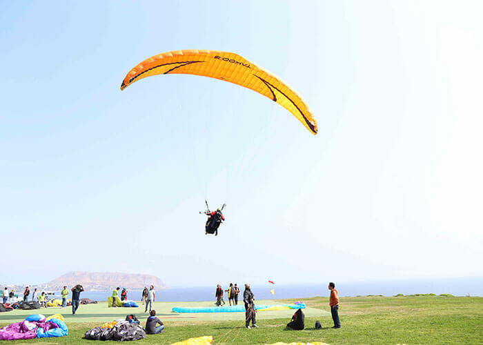 Paragliders at the costa verde in Miraflores